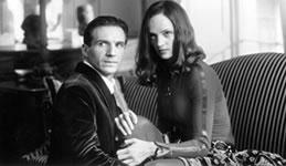 Ralph Fiennes og Uma Thurman som John Steed og Emma Peel