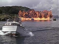 Bond og Tatiana slipper unna SPECTREs båter med et smell