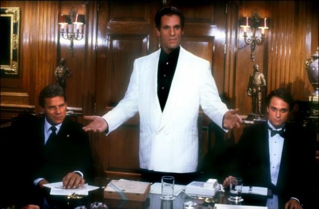 Franz Sanchez (Robert Davi), omgitt av  Truman-Lodge (Anthony Starke) og Heller (Don Stroud)