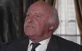 Sir Donald Munger, spilt av Laurence Naismith