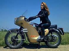 Fiona Volpe på motorsykkel
