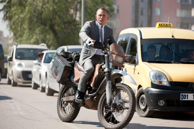 James Bond (Daniel Craig) på en Honda CRF250R